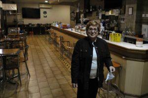 """Teresa Rguez, propietaria bar """"A Farola"""" en traspaso por xubilación. A Valenzá (Barbadás) 11/04/21 Foto Rosa Veiga"""