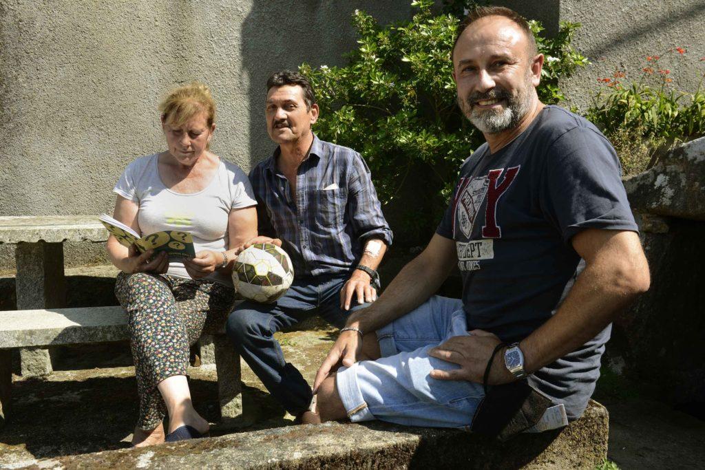 """uan Carlos acompañado polo """"Garrincha"""" e a filla de Felipe """"dos Primos"""". Foto: Rosa Veiga"""